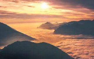 muntanyes i nuvols taronja
